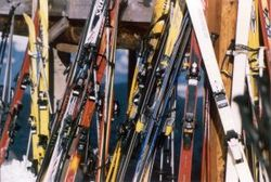 13969_skis_at_rest